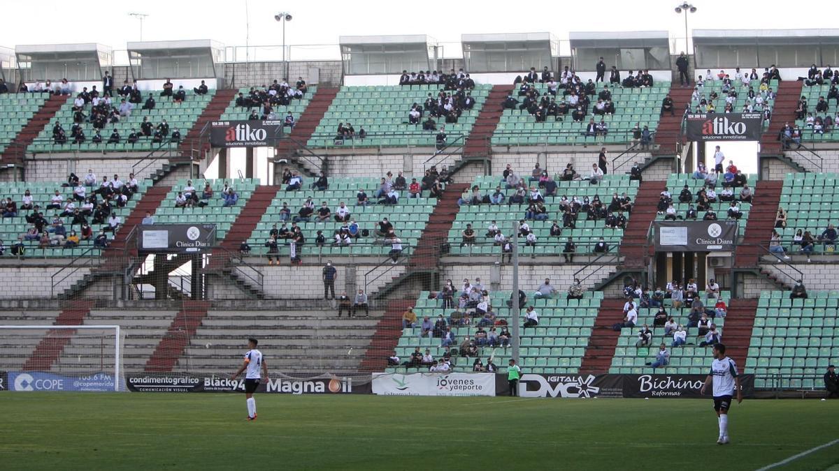 Uno de los fondos del estadio Romano durante un partido de la pasada campaña.