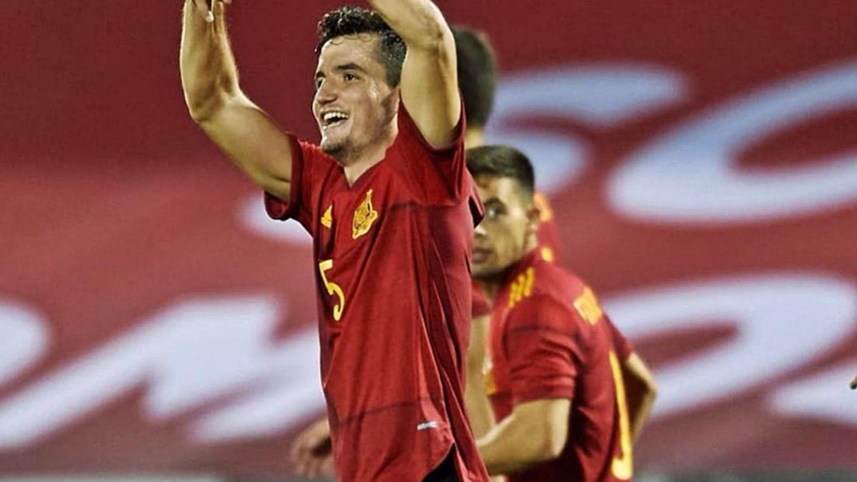 Hugo Guillamón celebra un gol con la selección.