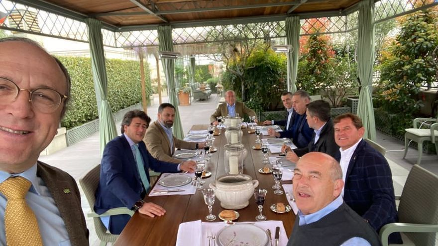 "El ""banquete"" de Abascal con agricultores murcianos que irrita a Podemos"