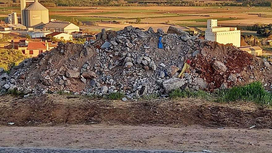 Ciudadanos reclama la retirada de escombros vertidos en el barrio del Carmen de Toro