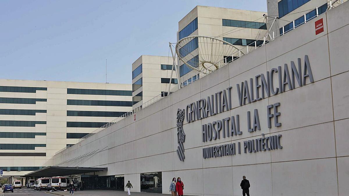Puerta principal del Hospital La Fe de València, en una   imagen de archivo.  M.A.MONTESINOS