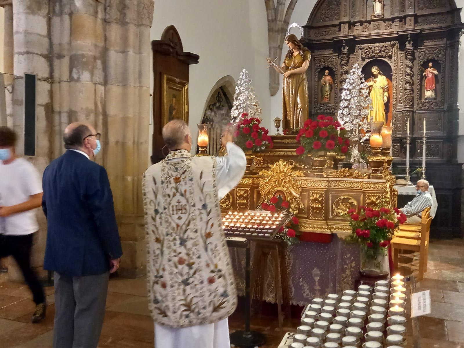 Los fieles de la Magdalena, de Llanes, cumplieron con su clavel rojo