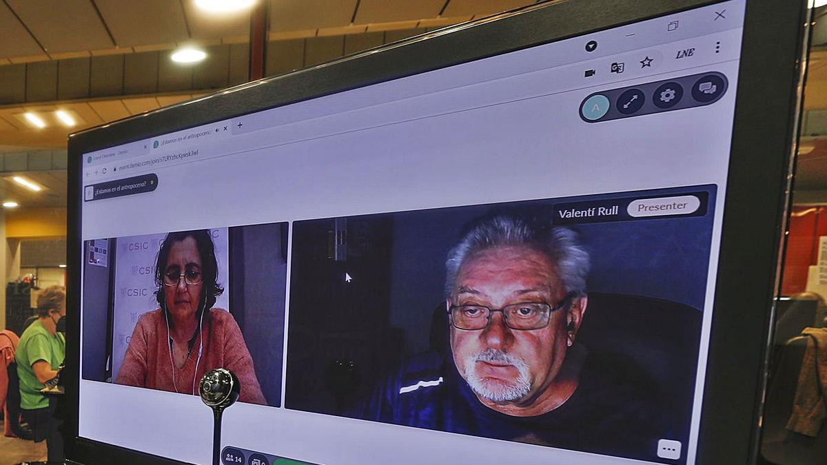 María Fernández y Valentí Rull, durante la conferencia digital, ayer en el Club.   Luisma Murias