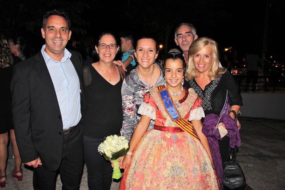 Daniela Esteve Bueno, con sus familiares incluyendo su madre, la soprano Mónica Bueno, que puso voz al himno regional en las últimas exaltaciones