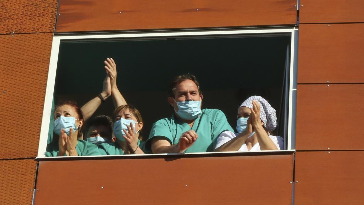En la imagen de archivo, personal sanitario del Hospital Virgen de la Concha de Zamora aplaudiendo.