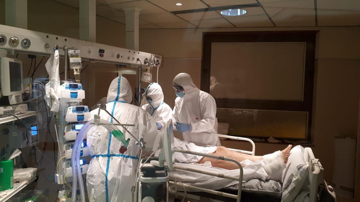 Una imagen de la UCI, con atención a un paciente en Elche