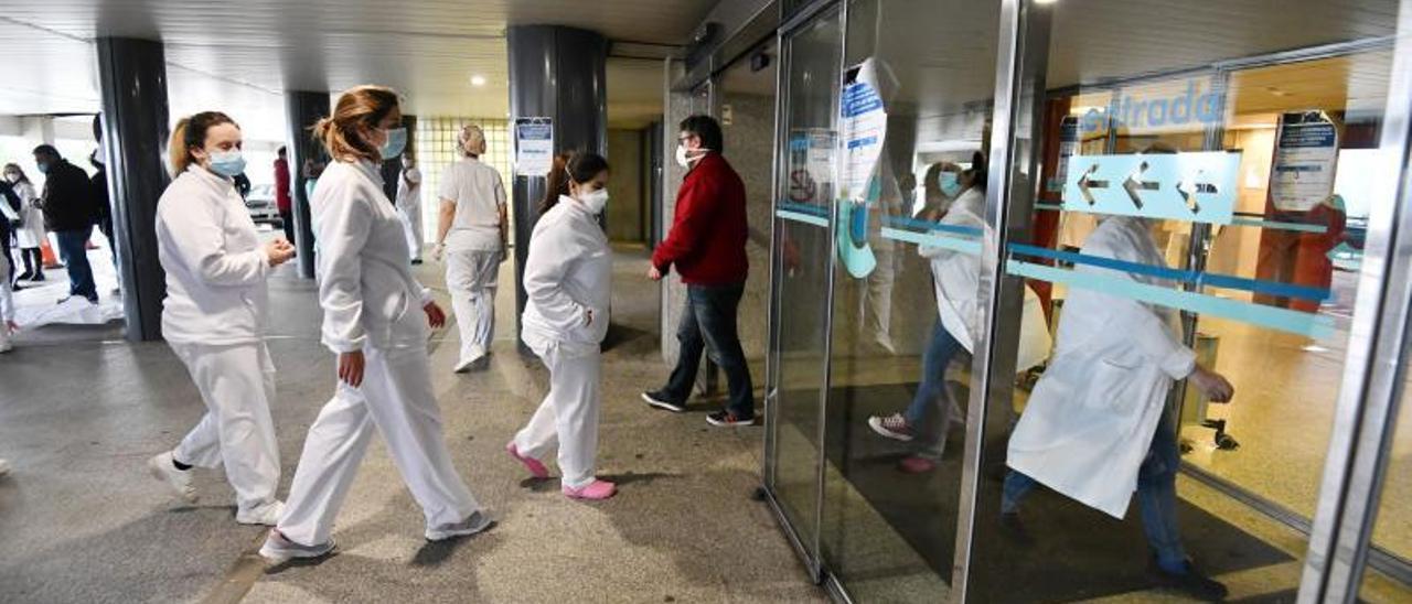 Personal sanitario, en el hospital de Pontevedra.