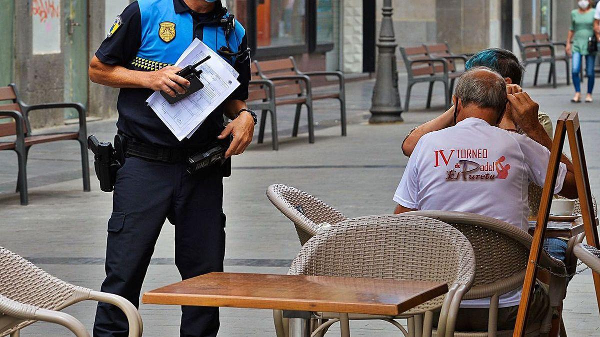 Un agente de la policía local durante el estado de alarma en Canarias.