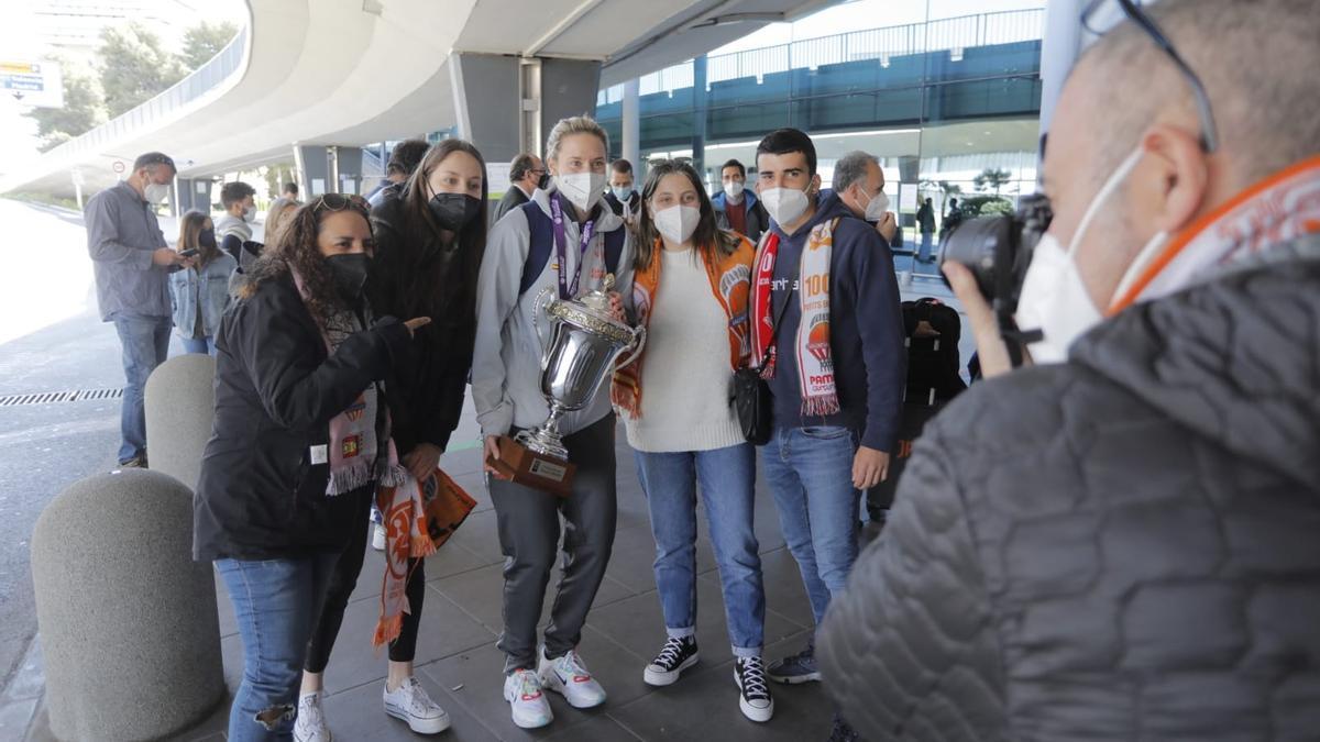 El Valencia Basket femenino llega a València tras ganar la Eurocup.