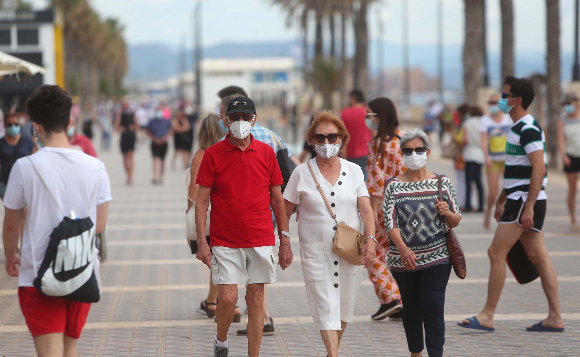 Los valencianos se adelantan al verano pese a las nubes