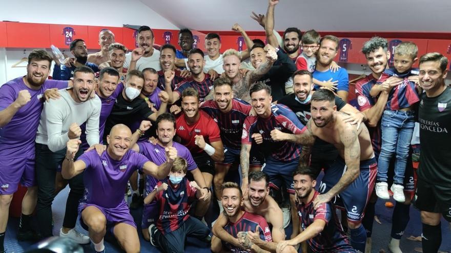 Los jugadores del Extremadura cumplen en el césped y esperan su recompensa