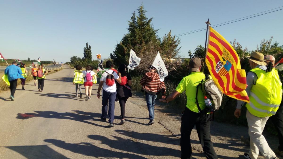 Los activistas prosaharauis despliegan la bandera de Aragón en la etapa de hoy por tierras de La Rioja.