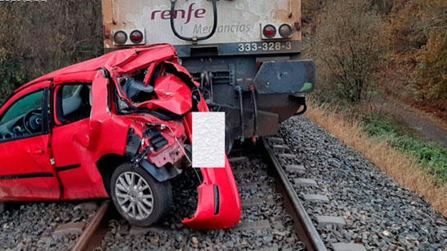 Herido tras ser arrollado por un tren mientras conducía porla vía en Abegondo