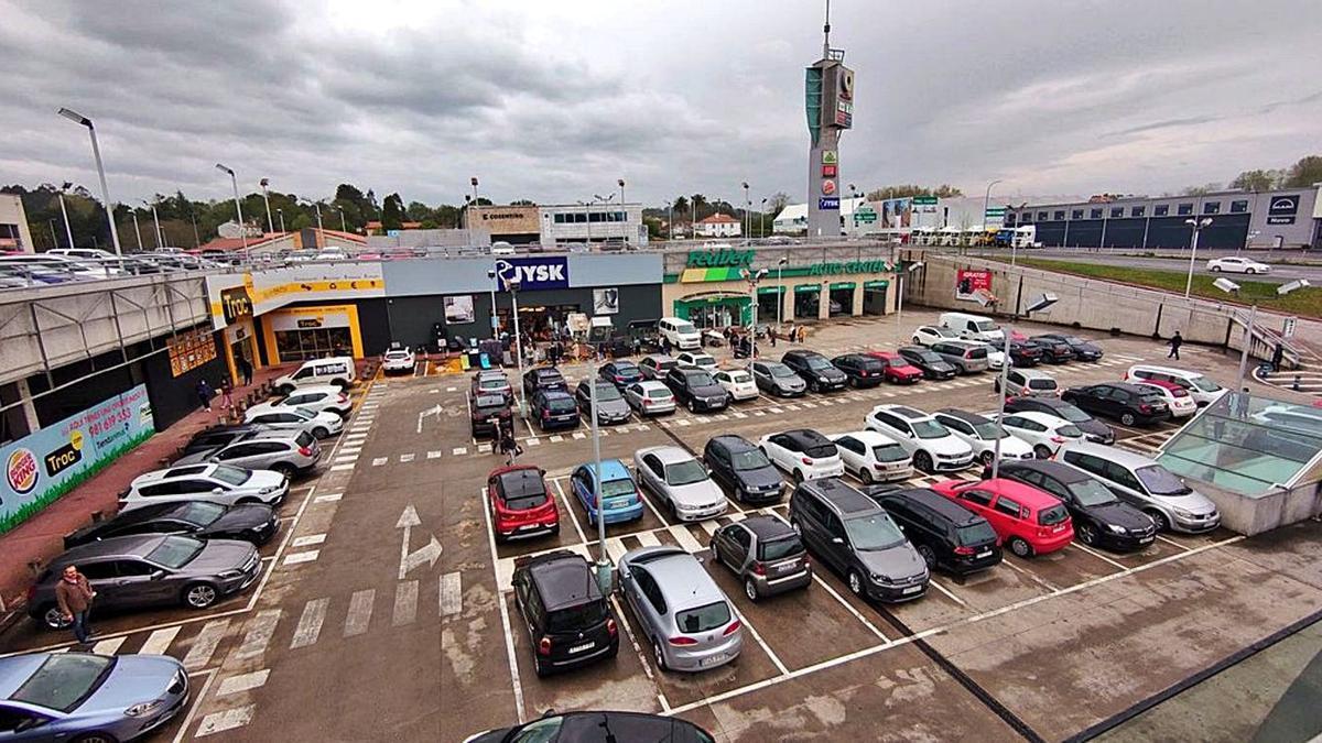 Vista de varios locales comerciales en el polígono de Iñás, en Oleiros.   | // @ELOYTP