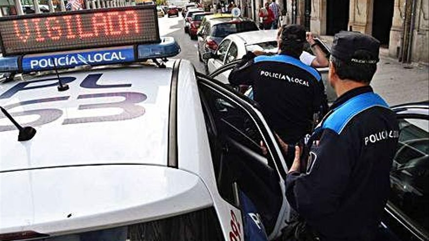 Xunta, concellos y sindicatos acogen con tibieza el poder reclutar policías interinos