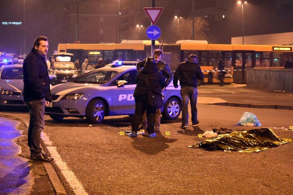 El cuerpo sin vida del tunecino de 24 años sospechoso de cometer el atentado de Berlín, Anis Amri, yace cubierto por una manta térmica tras ser abatido en un tiroteo con la Policía italiana en Milán.