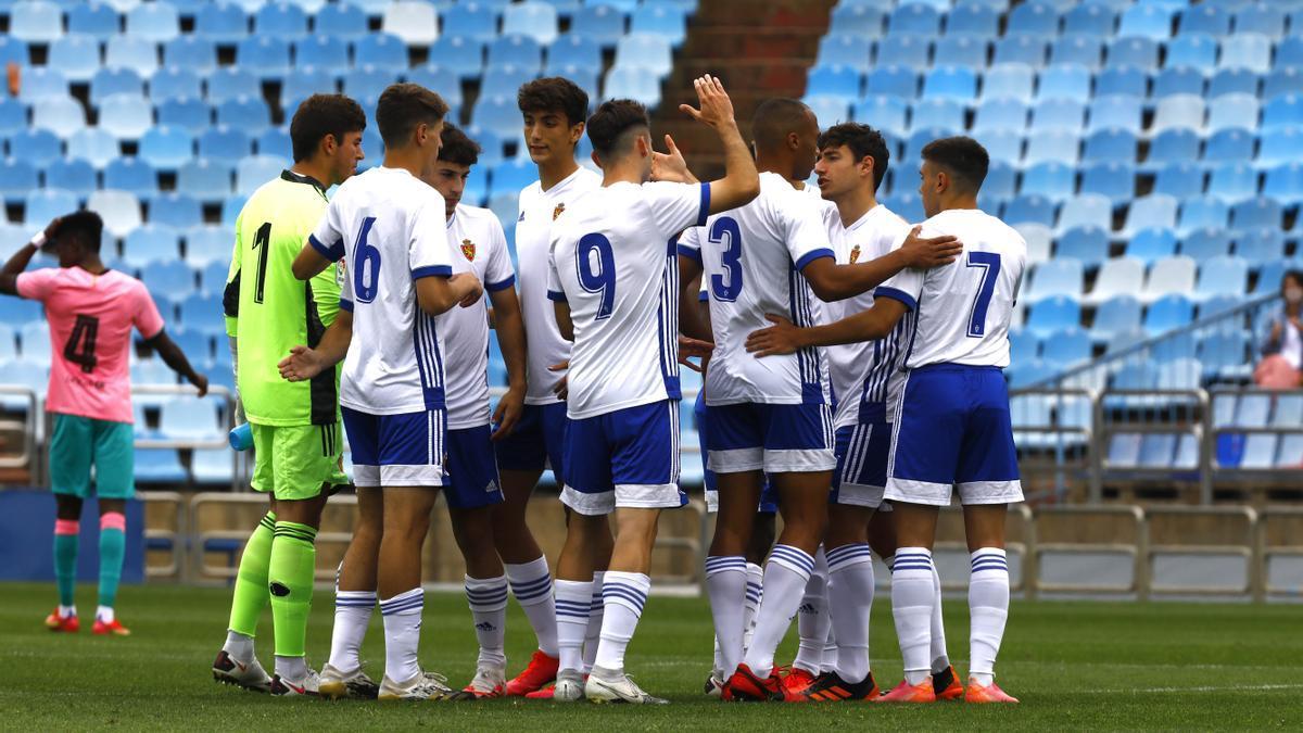 Los jugadores del Zaragoza juvenil, al término del partido jugado en La Romareda ante el Barcelona.