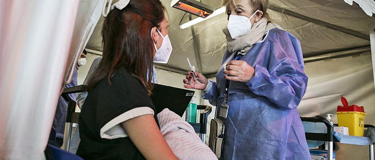 Una profesora, a punto de ser vacunada el pasado 12 de marzo en Oviedo.