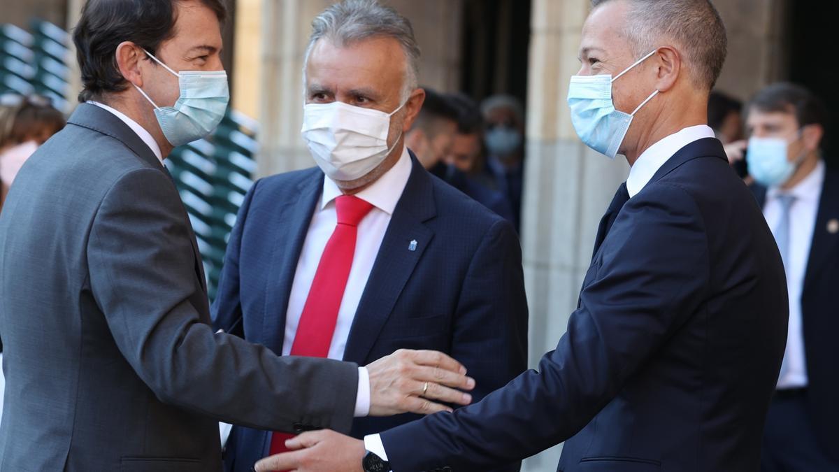 El presidente de Castilla y León, Alfonso Fernández, saluda al presidente del Senado, Ander Gil (d), ante el presidente de Canarias, Ángel Víctor Torres, en la Conferencia de Presidentes.