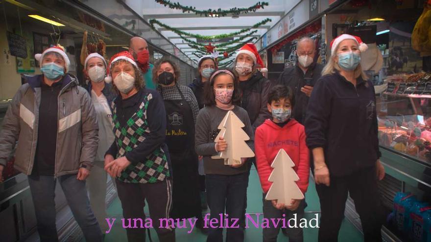 Un villancico para felicitar la Navidad desde el mercado de la plaza de Lugo