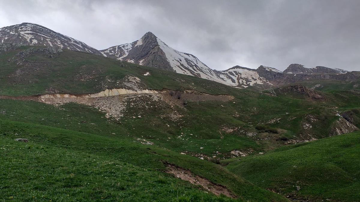 Imagen de las obras iniciadas en el valle de Castanesa para la ampliación de la estación de Cerler, próximas al ibón de Basibé.