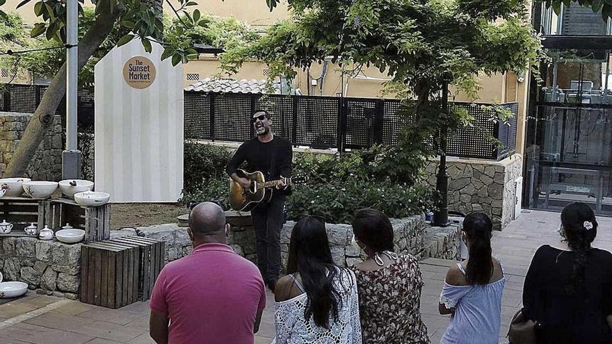 Jaime Anglada saca su guitarra en Portals