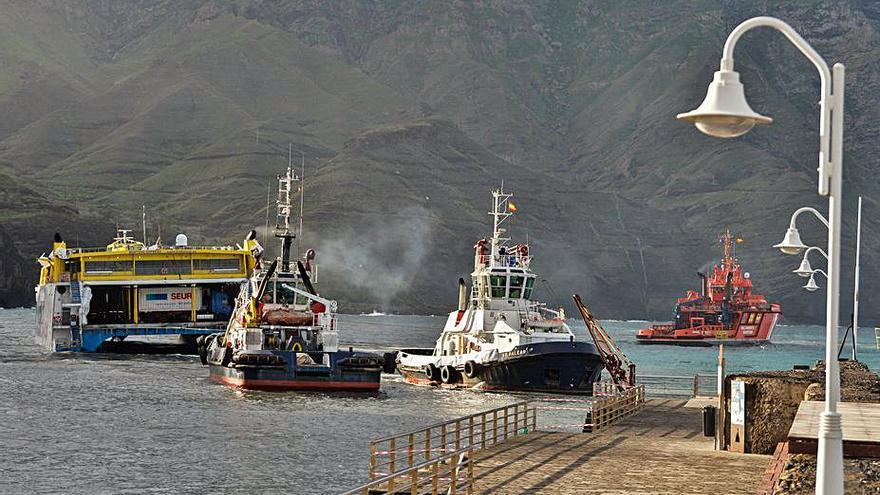 Se reanudan tareas para movilizar el barco encallado en el puerto de Agaete