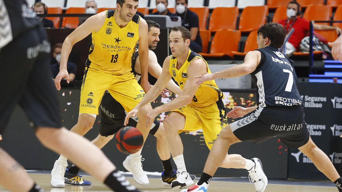 Huertas trata de salir de la presión del Bilbao Basket.