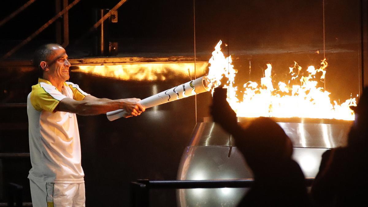 Vanderlei  de Lima enciende el pebetero en Río 2016.