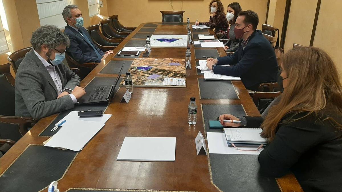 Reunión del alcalde de Benavente y la concejala de Urbanismo con el delegado de Gobierno.