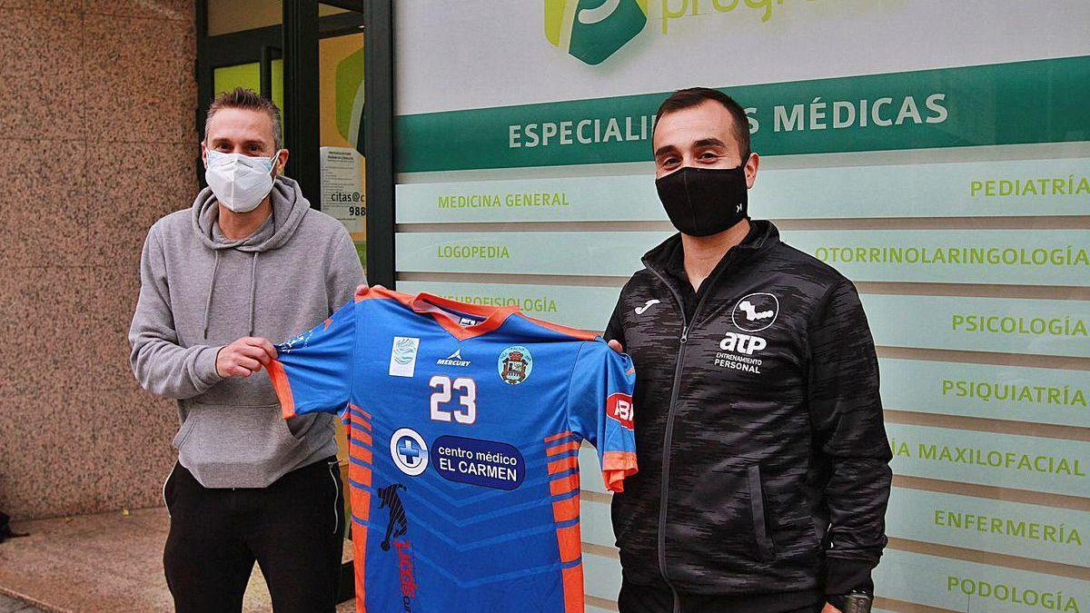 Martín Otero, junto al presidente Sousa ayer durante su presentación como jugador del Ourense.