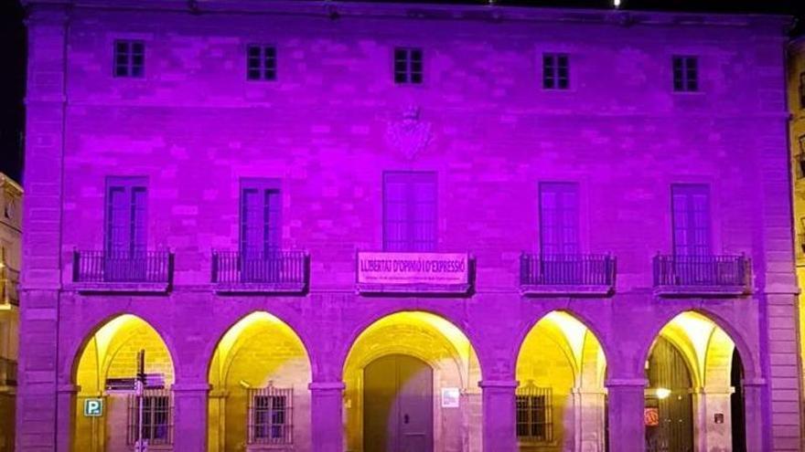 La façana de l'Ajuntament de Manresa s'il·lumina de lila pel dol perinatal