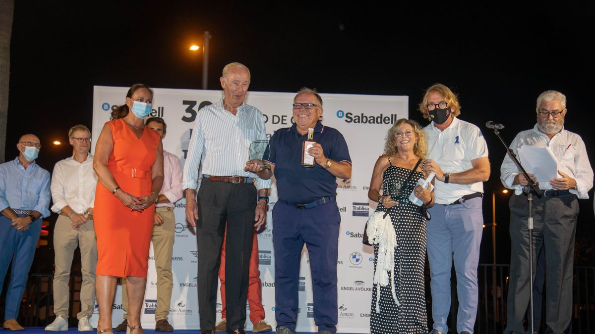 Tomás y Capellá (Handicap 2ª categoría) reciben el premio de Jaume (Fed. Balear Golf), Conrado (DM) y Deutsch (Engels & Völckers).