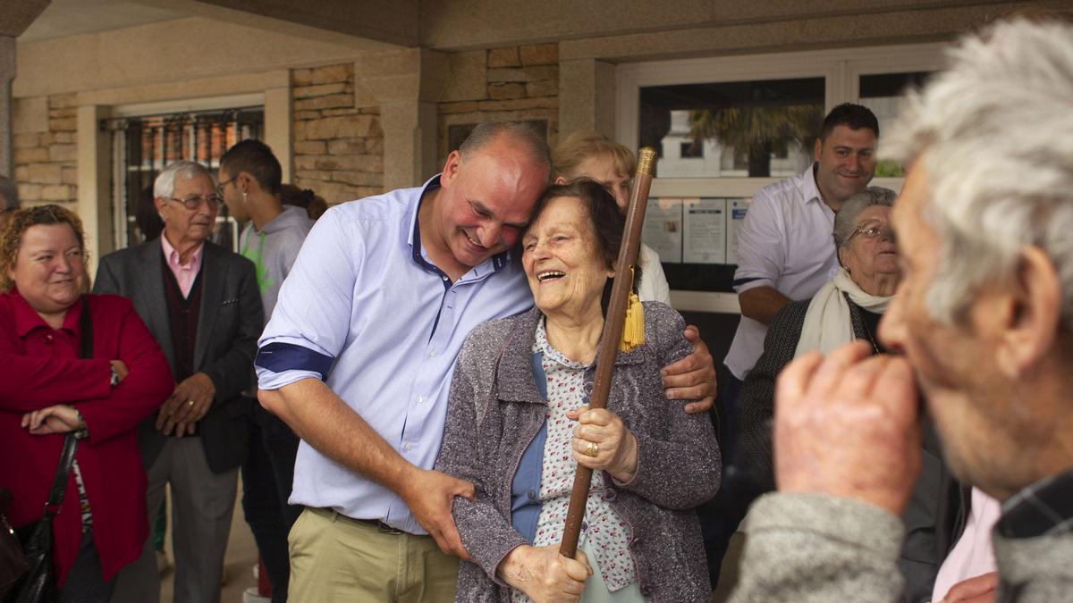 Luis Calvo abraza a su madre tras su toma de posesión como alcalde, en junio de 2019.