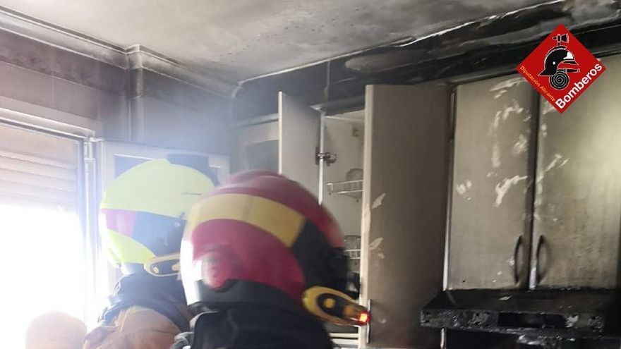 Los bomberos desalojan un edificio en Elda al incendiarse una vivienda