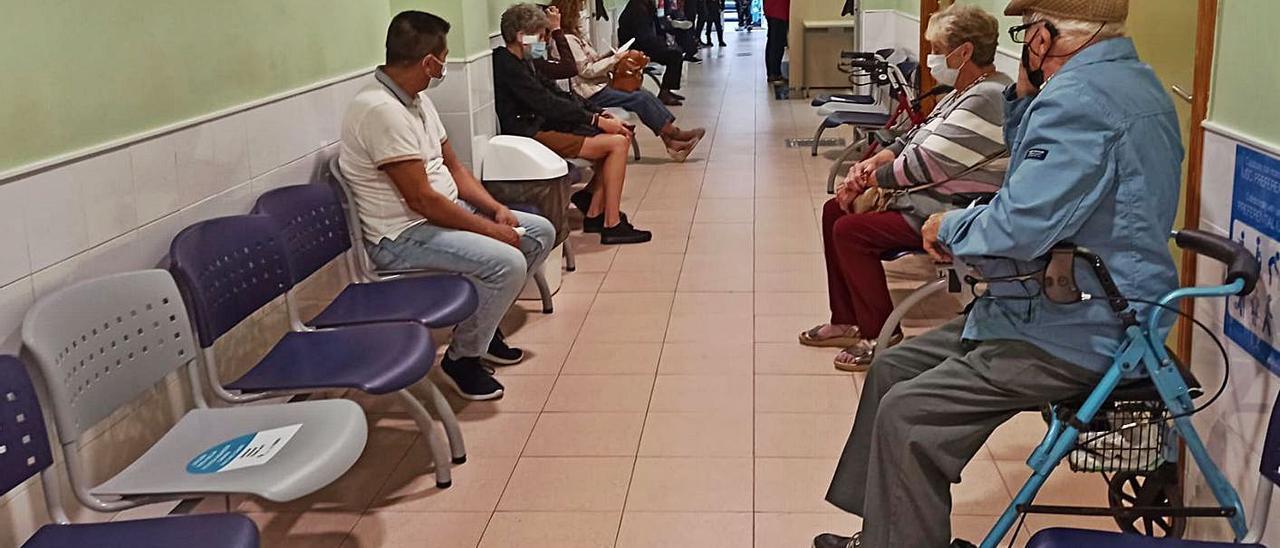 Imagen de un pasillo de consultas en un centro de salud de Torrevieja.   D. PAMIES