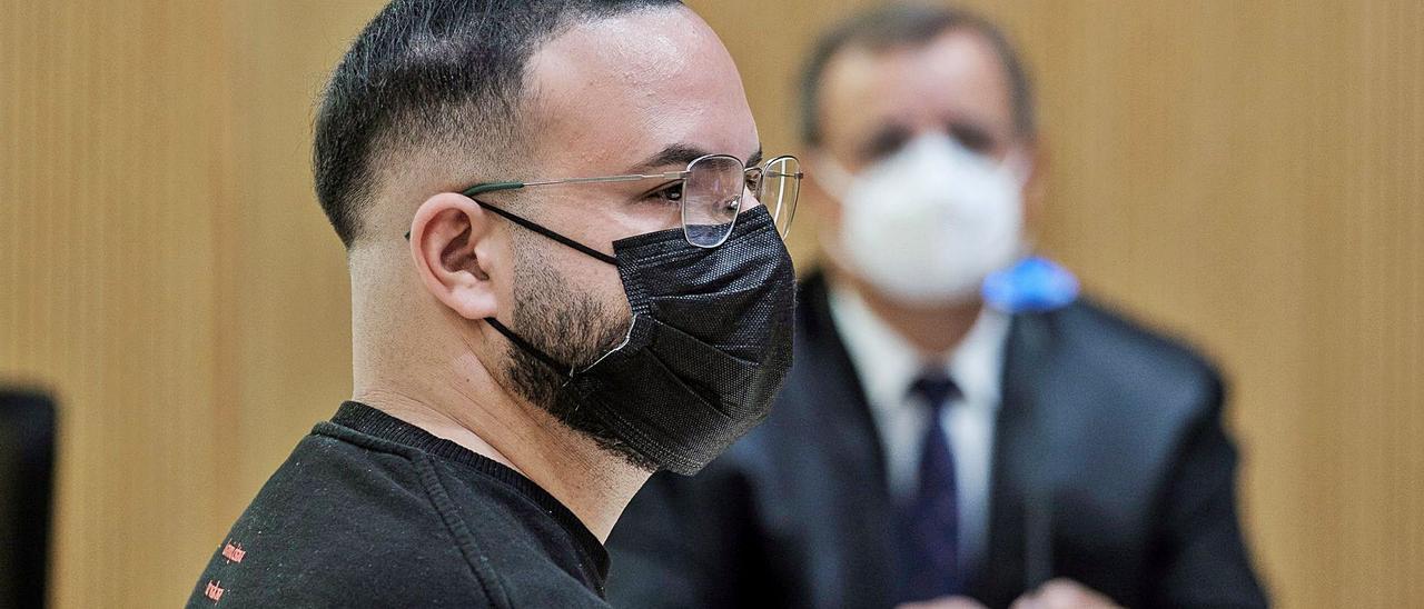El monitor acusado de abusos sexuales a menores, ente ellos su sobrino, ayer durante el juicio en su contra.     ÁNGEL MEDINA G. / EFE