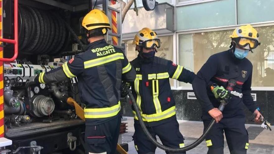 Bomberos, durante una intervención en Alicante