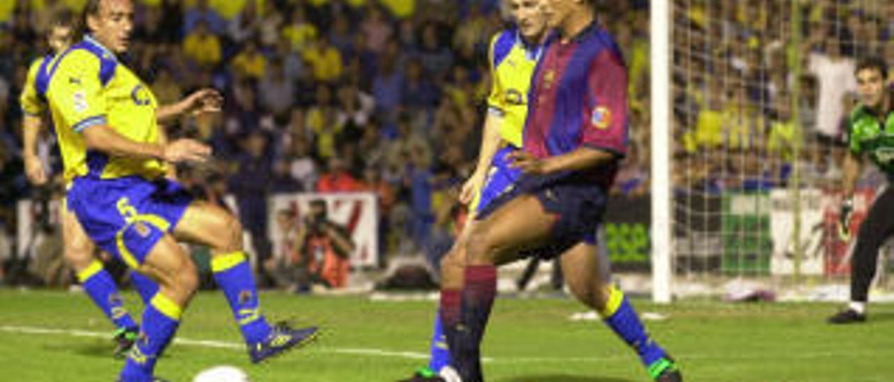Rivaldo, ante Jarni y Paqui en el Insular, en el 2000.