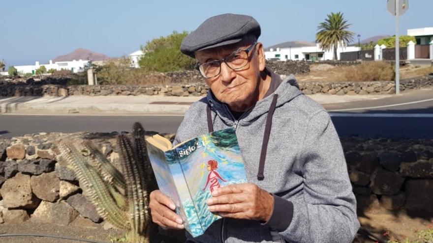 El vecino centenario de Yaiza Víctor Avelino Ramos lee uno de sus poemas