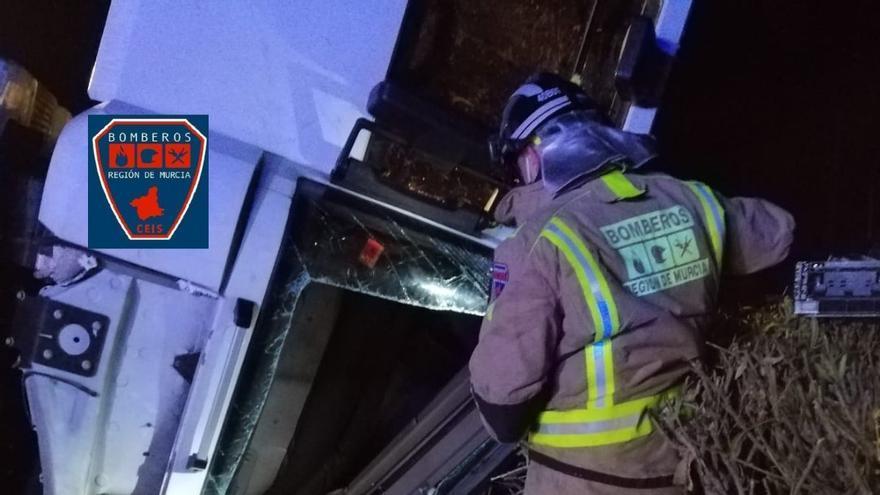 Herido el conductor de un camión tras volcar en la A-7