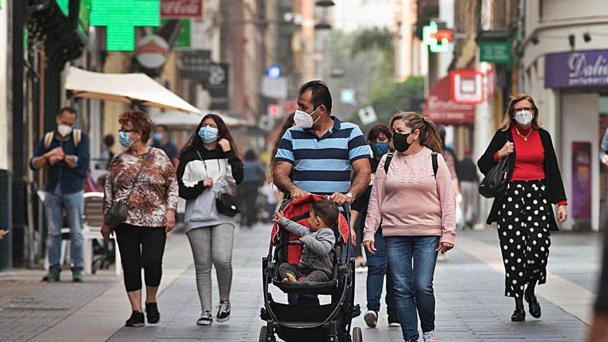 Las mascarillas disparan  un 79% el gasto en sanidad  de las familias canarias