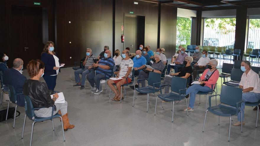 Llopis admite que hacen falta conserjes para abrir los centros de mayores