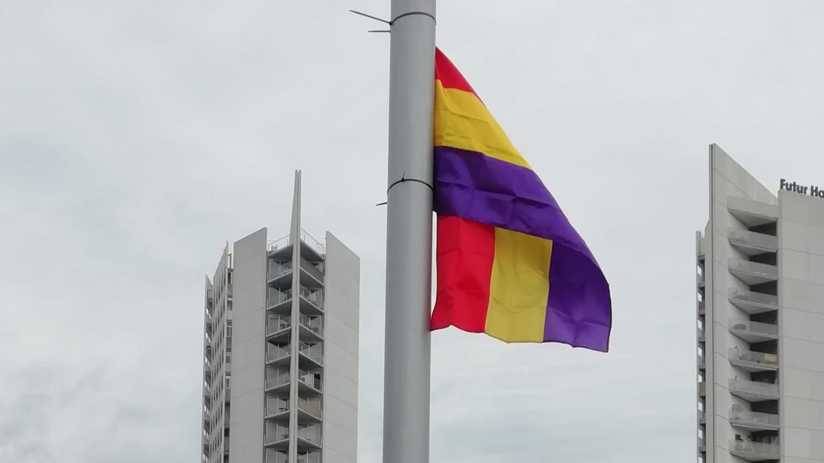 Bandera colocada en la Plaza de la Concordia.
