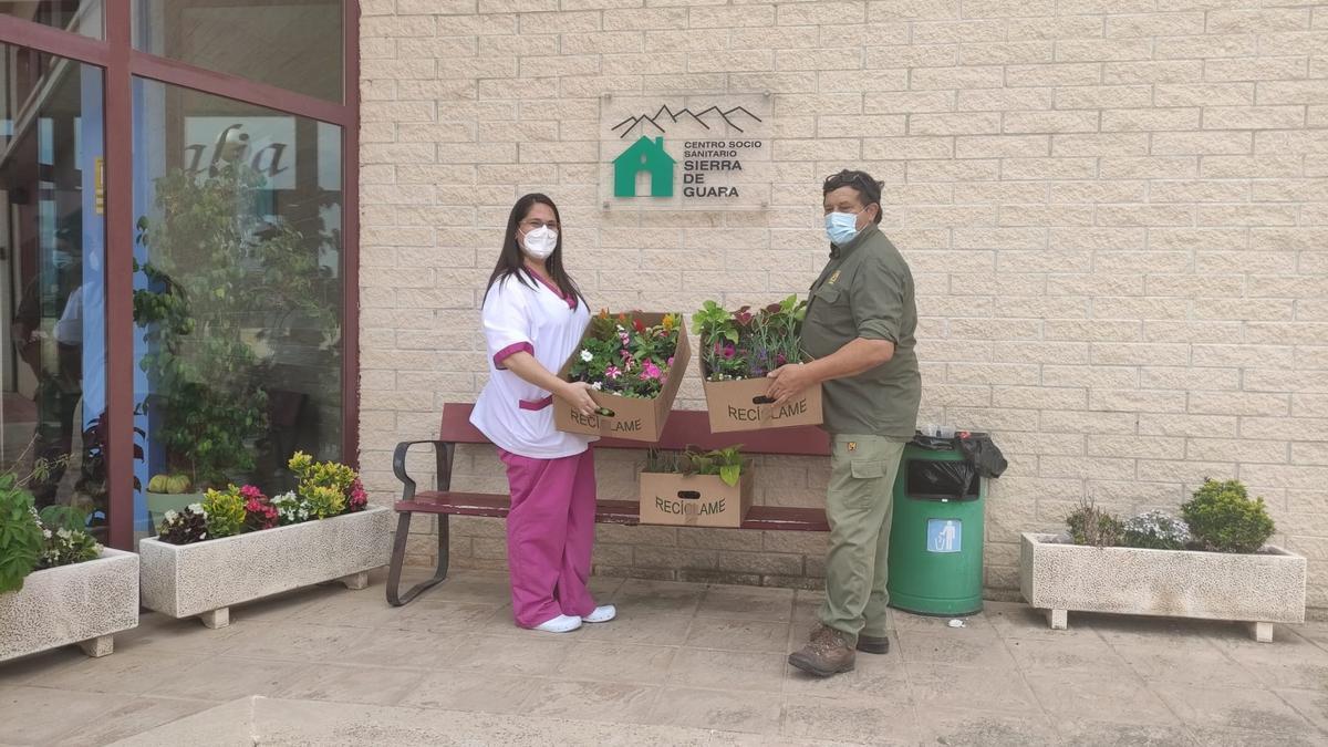 La DPH entrega flores a una de las residencias oscenses.