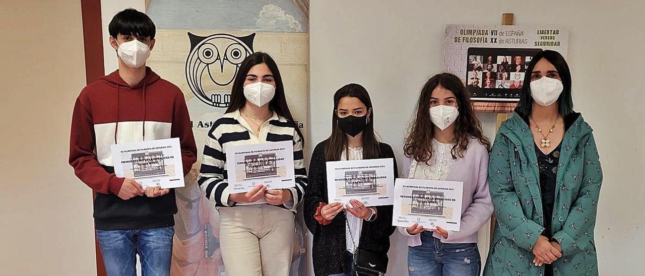 De izquierda a derecha, los alumnos Lucas Palacios, Henar Tudela, Paula Valdés y Carla González muestran sus diplomas junto a la profesora Beatriz Moreta.   F. D.