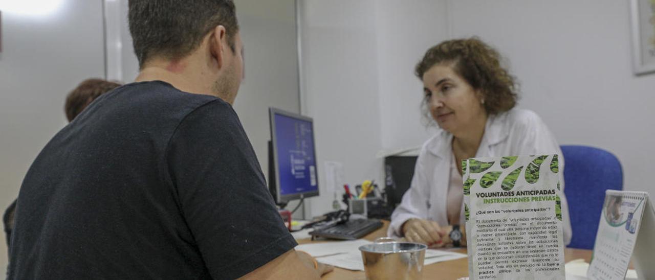 Un usuario realiza el registro de voluntades anticipadas en el SAIP del Hospital General de Elche.