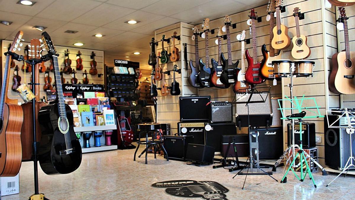 Les botigues ofereixen un ampli assortiment d'instruments i material musical | SANTI COLL