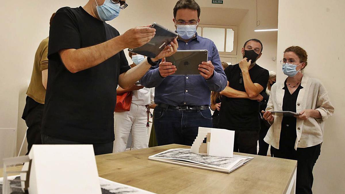 Por la izquierda, Marco Juez, Manuel Ángel Vallina, Nacho de la Vega y Alicia Varela. En el círculo, una de las tablets a disposición del público. | Ángel González