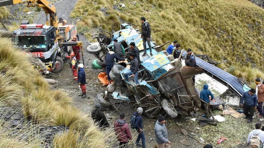 Al menos 12 muertos y 26 heridos tras despeñarse un autobús en Bolivia